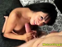 Cougar mom loves to give tugjobs